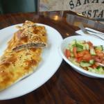 Фото. Турецкая лепешка Kiymali Pide с салатом.